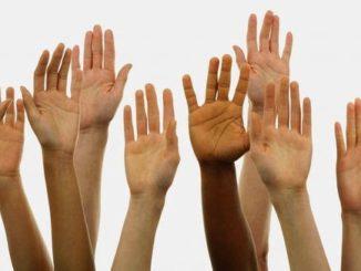 Alzando-manos-violencia de la uniformidad