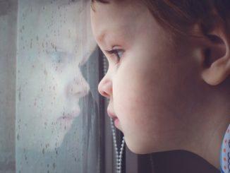crianca-olhando-atraves-da-janela-foto-yuliya-evstratenkoshutterstockcom-0000000000000054