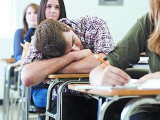 jovenes-descansan-luego-duermen-aula_